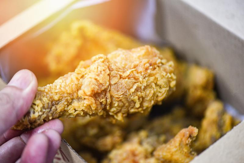 Stekt kycklingaskleverans som returnerar - frasig djup stekt kyckling arkivfoto