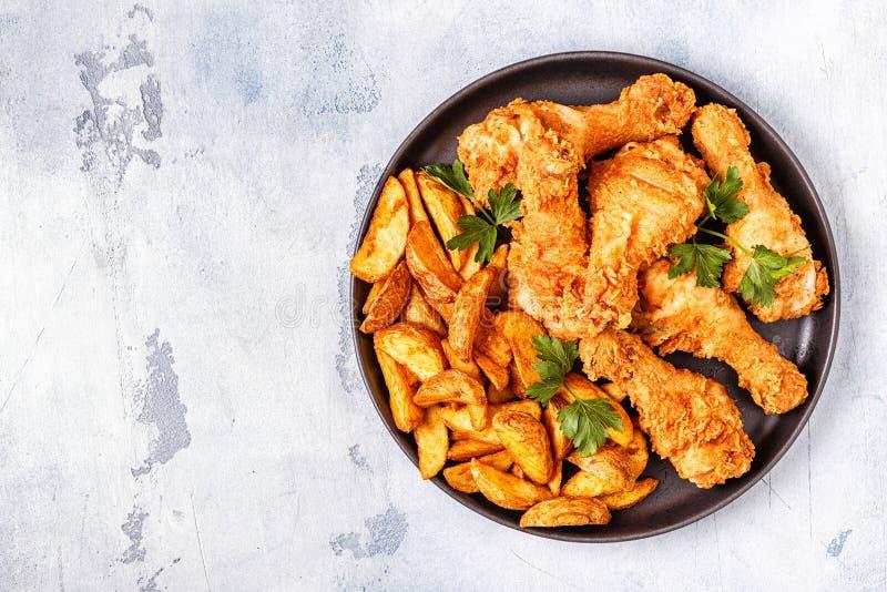 Stekt kycklingben med potatisar royaltyfri foto
