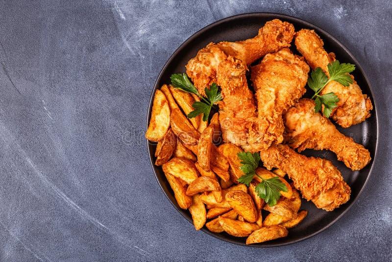 Stekt kycklingben med potatisar royaltyfri bild