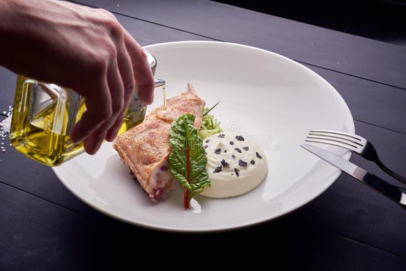 Stekt kycklingbiff med mosade potatisar och haricot vert fotografering för bildbyråer