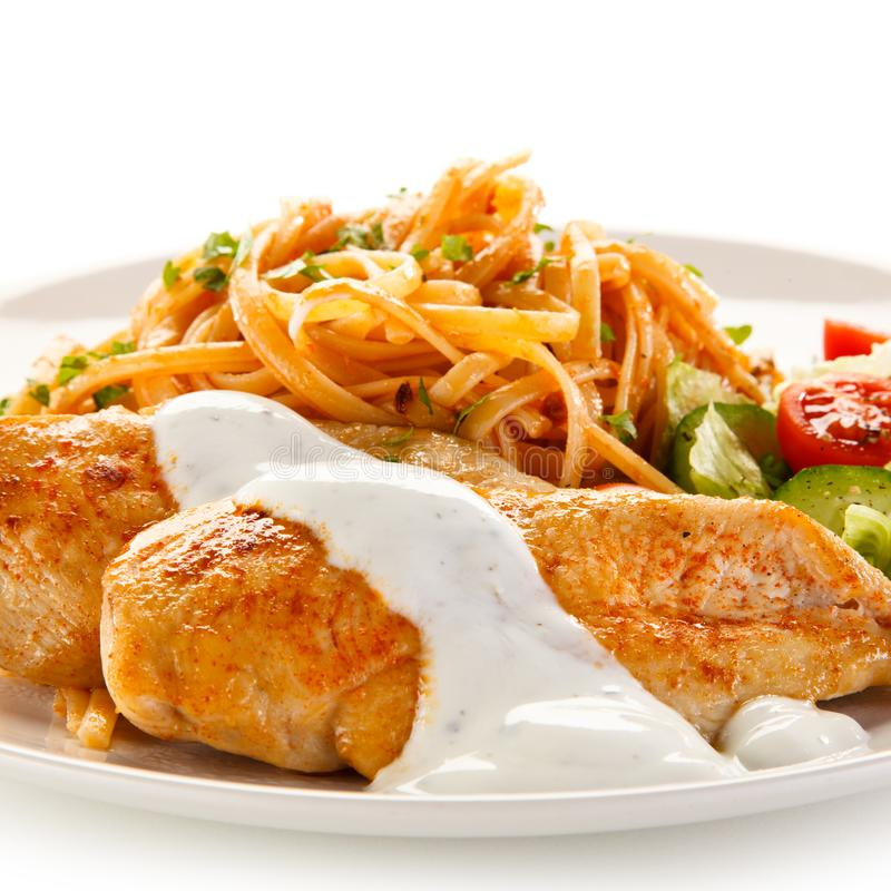 Stekt kycklingfilé, pasta och grönsaker royaltyfri bild