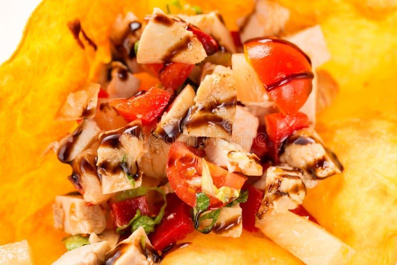 Stekt kycklingkött med tomater och sås i pitabröd Slut upp med den selektiva fokusen arkivbild