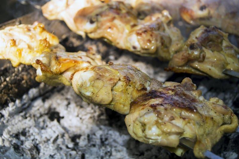 Stekt kycklingkött på gallret royaltyfri fotografi