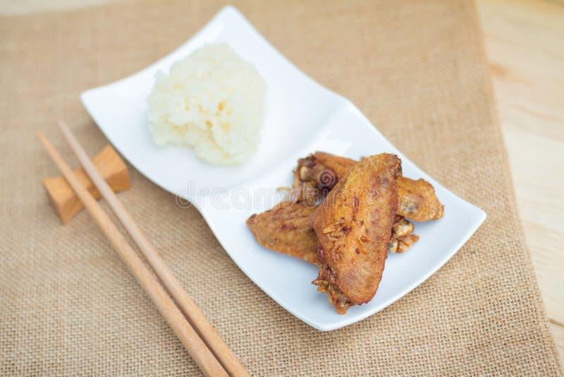 Stekt kycklingvingar och frasig vitl?k med klibbiga ris royaltyfri bild