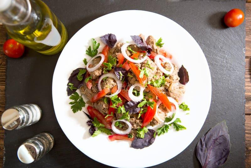 Stekt lever med löken och tomater på svart stenbakgrund fotografering för bildbyråer