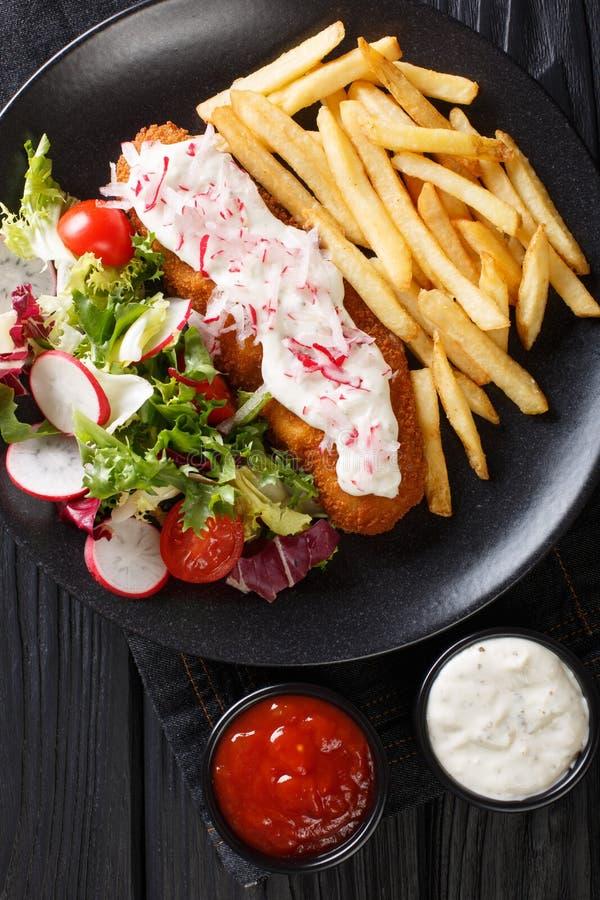 Stekt lyrtorsk f?r lunch meny med franska sm?fiskar och ny salladn?rbild p? en platta och en s?s Vertikal b?sta sikt royaltyfria bilder