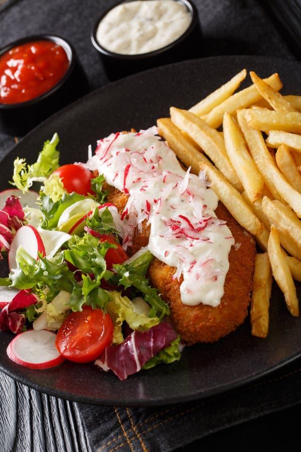 Stekt lyrtorsk, i att panera med franska sm?fiskar och ny salladn?rbild p? en platta vertikalt royaltyfria foton
