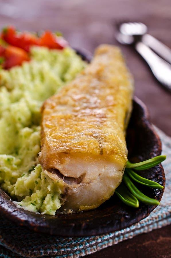 Stekt lyrtorsk med grönsaker arkivfoton