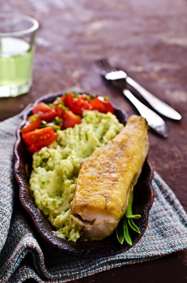 Stekt lyrtorsk med grönsaker royaltyfria foton