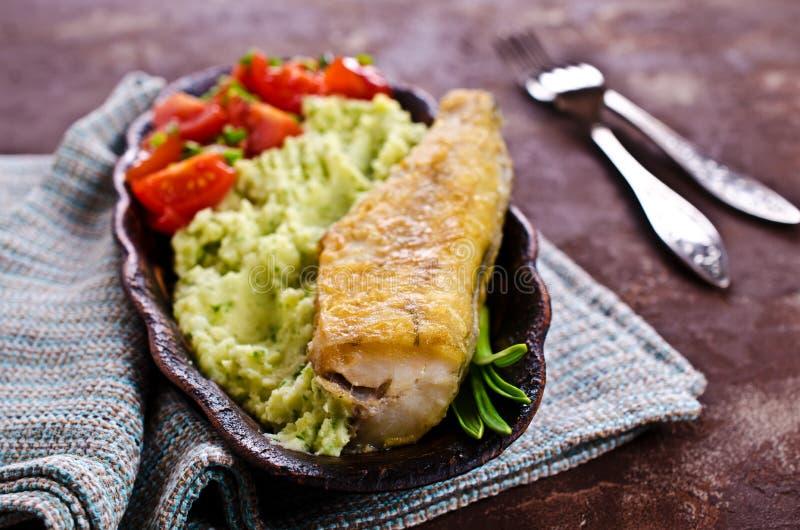 Stekt lyrtorsk med grönsaker royaltyfria bilder