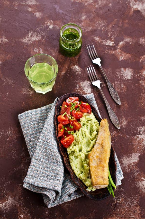 Stekt lyrtorsk med grönsaker arkivbilder