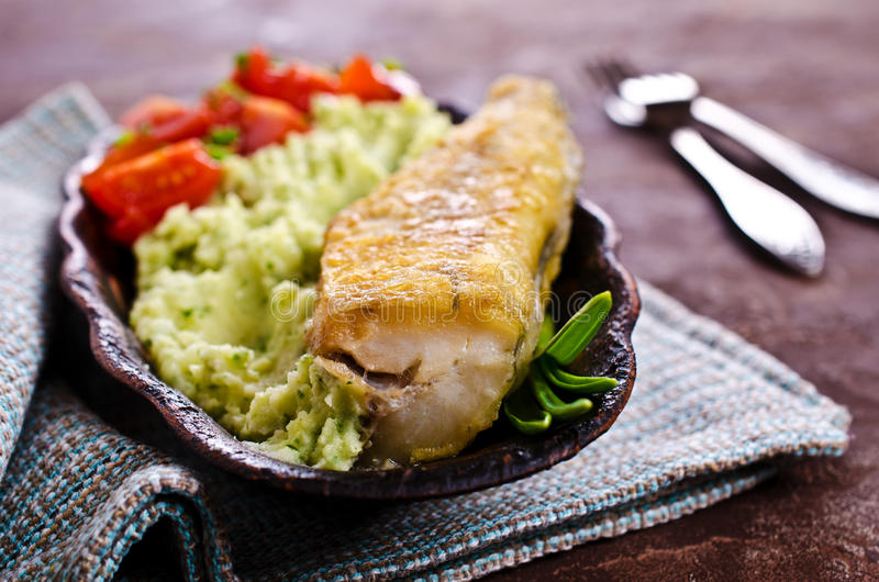 Stekt lyrtorsk med grönsaker royaltyfri bild