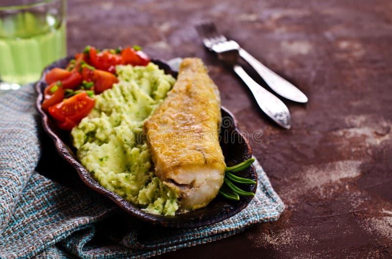 Stekt lyrtorsk med grönsaker royaltyfri foto