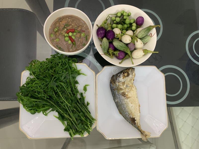 Stekt makrill med upps?ttningen f?r f?r r?kadegs?s och gr?nsak thai mat arkivbild