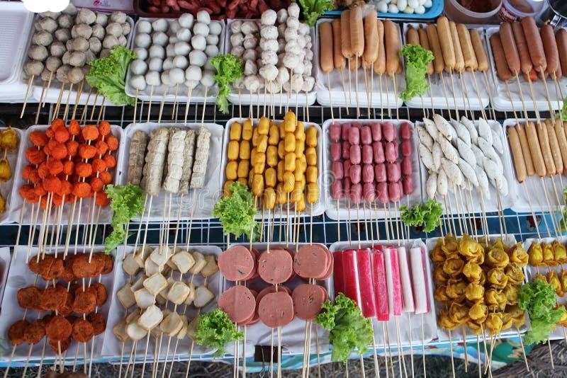 Stekt mat med pinnar, thailändsk stilmat, Thailand gatamat, Bangkok royaltyfri bild