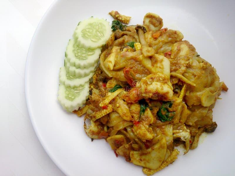 Stekt nudel med grön curry och räka i padthaistil, thailändsk mat royaltyfri fotografi