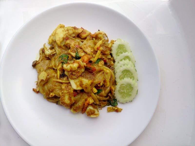 Stekt nudel med grön curry och räka i padthaistil, thailändsk mat royaltyfria foton
