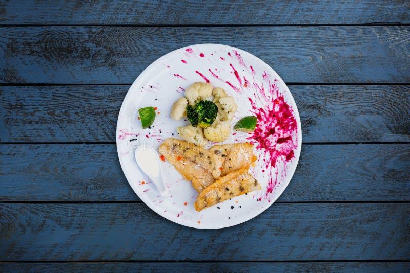 Stekt pik-sittpinne med blomkålen och broccoli fotografering för bildbyråer