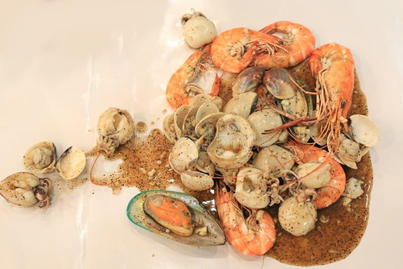 Stekt räka, tioarmad bläckfisk och skal med svartpeppar Thail?ndsk stilskaldjur royaltyfria foton