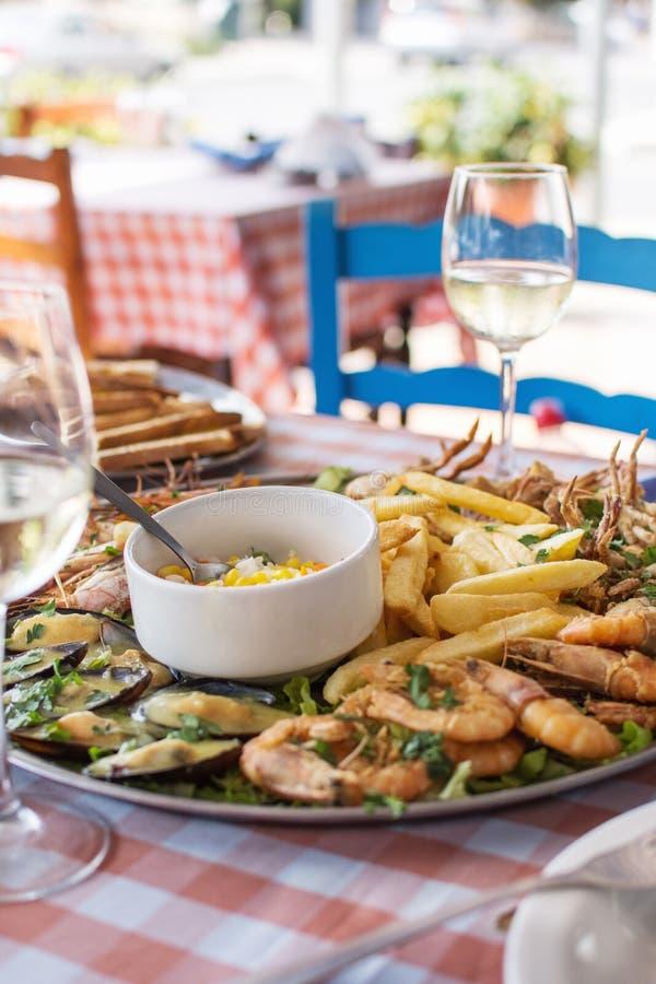 Stekt skaldjur - krabba, räkor, musslor med pommes frites och ris arkivfoto