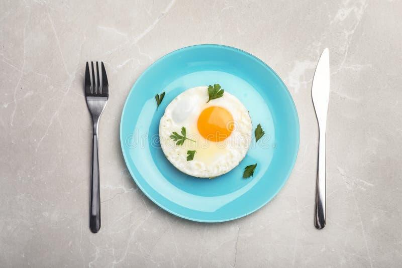 Stekt solig sida upp ägget som tjänas som på tabellen arkivbilder