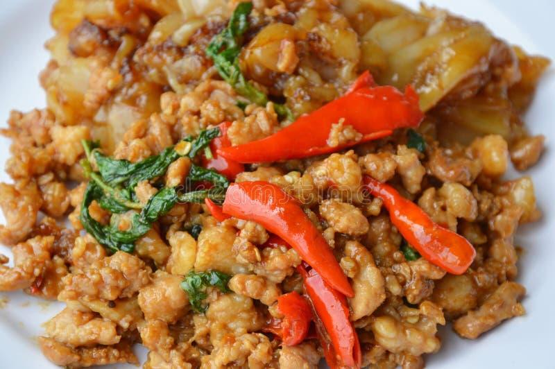 Stekt stor nudel och kryddigt finhackat griskött med basilikabladet på maträtt royaltyfria foton
