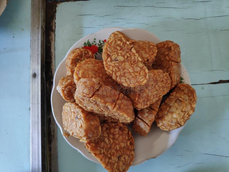 Stekt tempeh, är en special mat som göras från jäste sojabönor med speciala champinjoner arkivbild