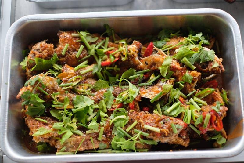 Stekt thai matlagning för fisk arkivfoto