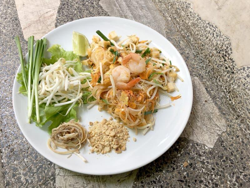 Stekt thailändsk stil för nudel med räkor, uppståndelsesmåfisknudlar med räka i det thailändska blocket, thailändsk nudelstil, tr royaltyfri foto