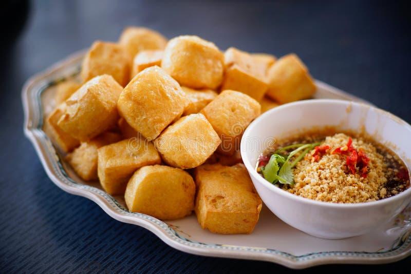 Stekt tofu med kryddig sås fotografering för bildbyråer