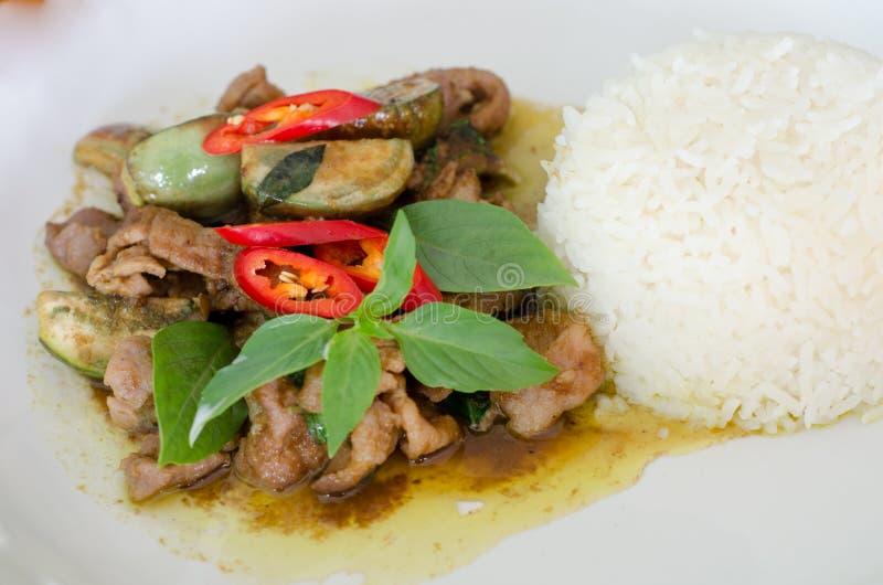 Stekt under omrörning grön curry med griskött arkivfoton