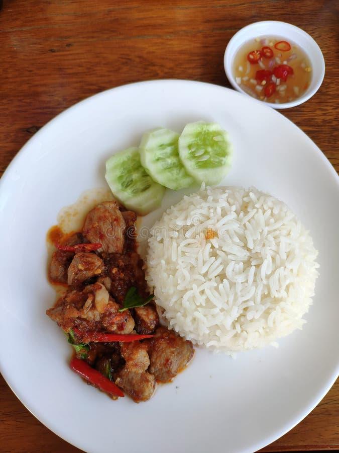 Stekt under omrörning griskött eller med chilideg arkivfoto