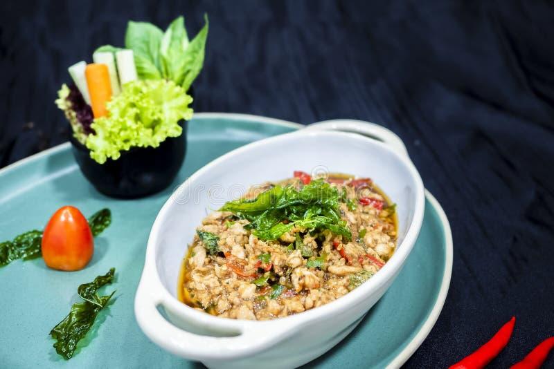 Stekt under omrörning höna och helig basilika, thai mat arkivbild