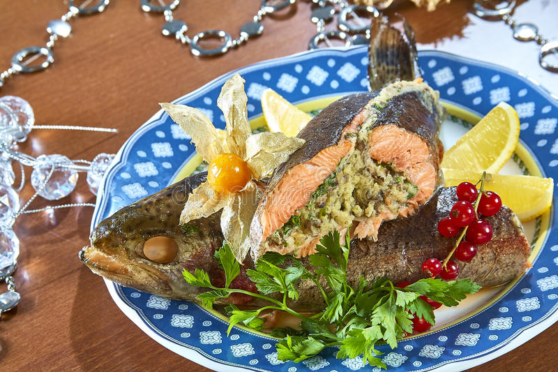 Stekt välfylld fisk på en festlig meny för uppläggningsfat arkivbild