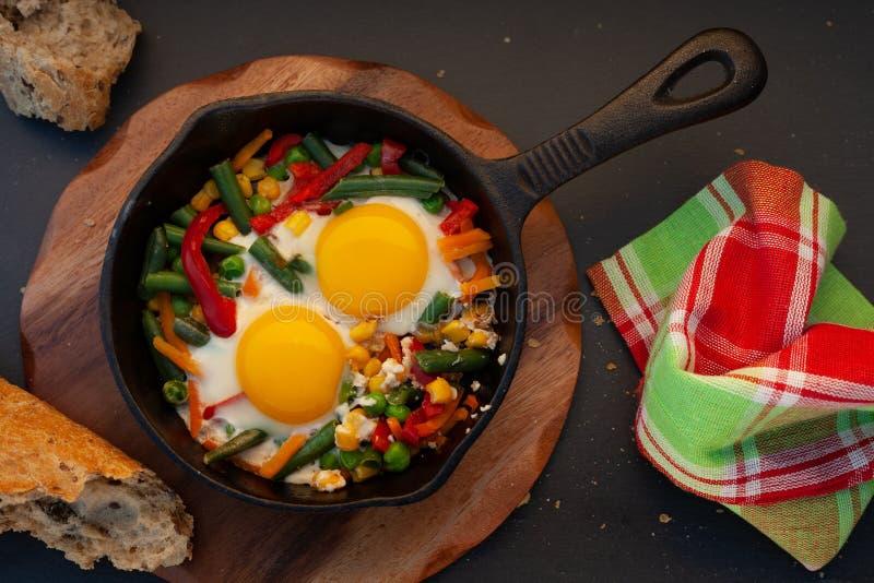 Stekte ägg i ett gjutjärn royaltyfri fotografi