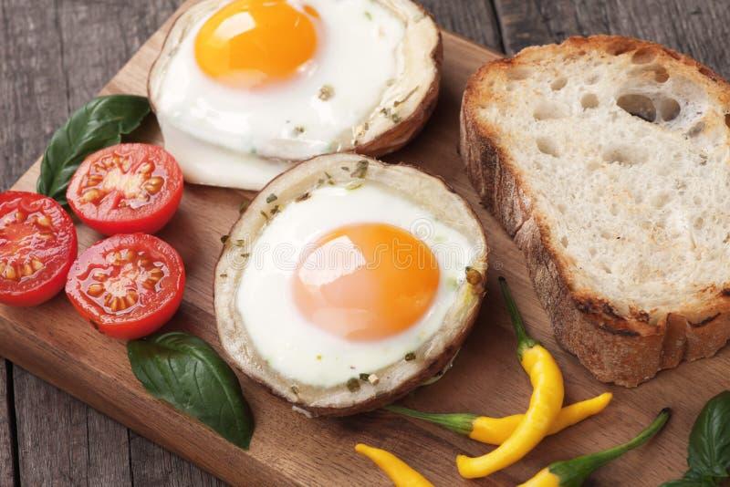 Stekte ägg i potatisskal royaltyfri bild