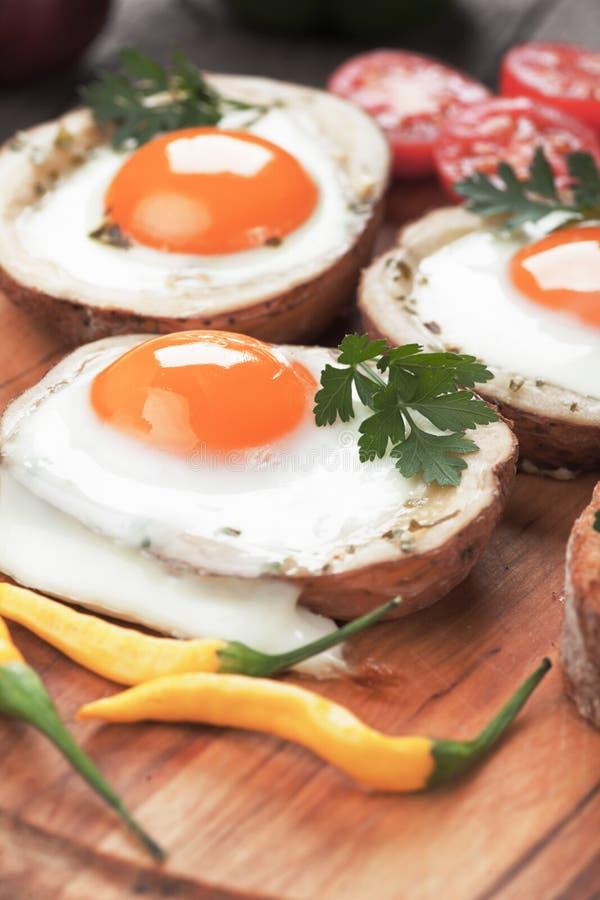 Stekte ägg i potatisskal royaltyfri fotografi