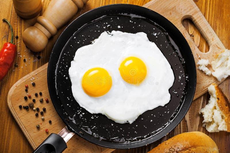 Stekte ägg på en panna fotografering för bildbyråer