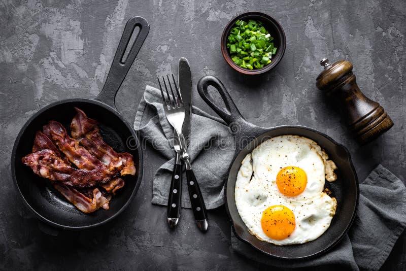 Stekte bacon och ägg arkivbilder