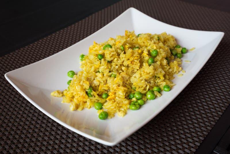Stekte curryris med ärtor arkivfoton