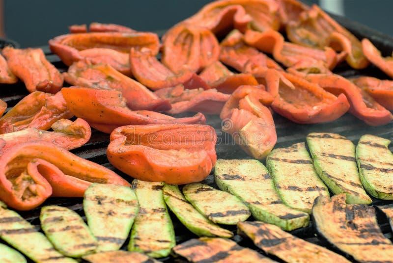 Stekte grönsaker på gallret, inklusive aubergine, pepprar, horisontalfotoet royaltyfri bild