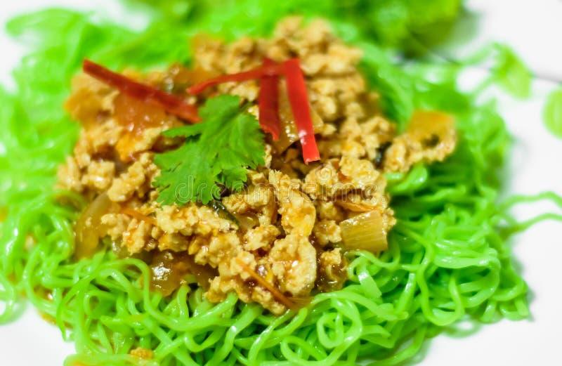 Stekte griskött och Jade Noodle arkivfoton