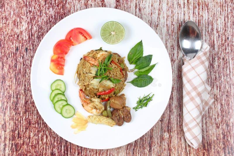 Stekte jasminris i grön curry med blandat kött arkivfoton