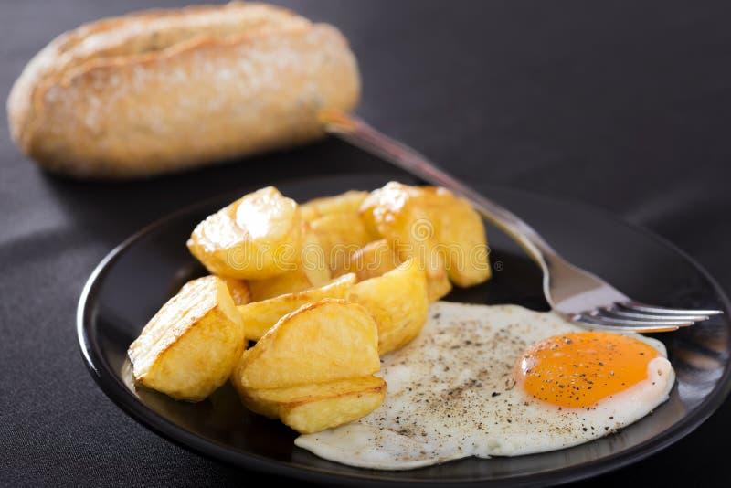 Stekte potatis och ägg arkivfoto