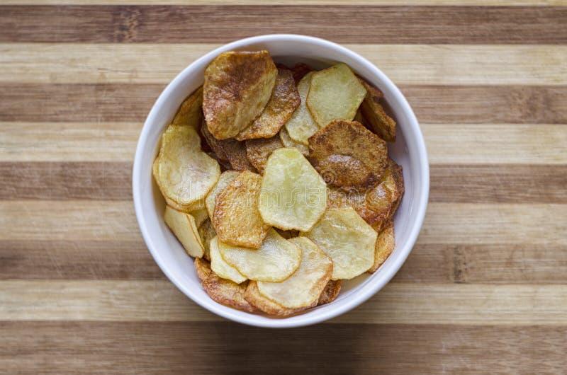 Stekte potatisar i plattan royaltyfri bild