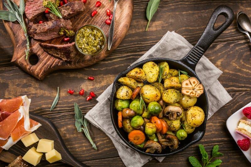 Stekte potatisar med grönsaker arkivfoto