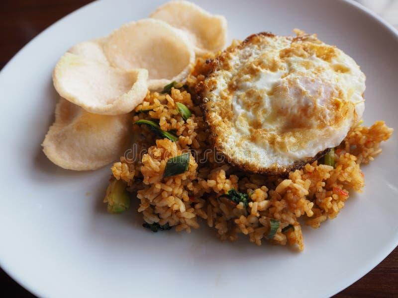 Stekte ris, stekte ägg, räkarissmällare på den vita maträtten royaltyfri fotografi