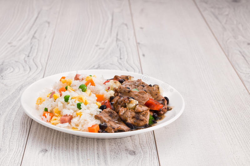 Stekte ris för grönsak nötkött royaltyfri bild