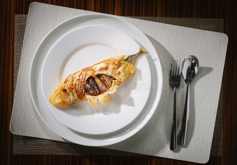 Stekte ris för räka som deg slås in i ägg royaltyfri foto