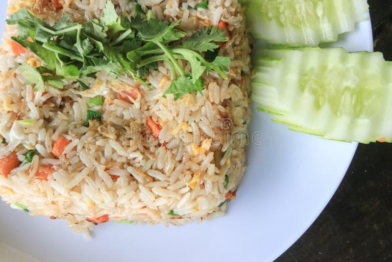 Stekte ris med ägg - thailändsk kokkonst royaltyfri fotografi